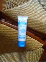 Crème visage hydratante Inell abricot sésame, une crème assise entre deux chaises