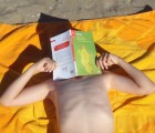 Un livre pour se protéger du soleil avant ou après le bain ! Se baigner ou lire… il faut choisir !